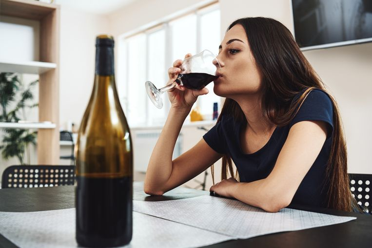 De ondervraagden geven aan dat ze meer drinken, onder meer uit verveling en isolement. Beeld Getty Images/iStockphoto