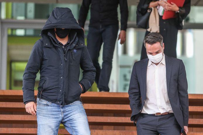 'Mister Miami', ofwel Tom D.J. verlaat op 18 mei 2020 het justitiepaleis na de zitting. Hij keek toen aan tegen 30 maanden cel, waarvan de helft met uitstel, voor het in elkaar slaan en/of beroven van tientallen illegalen.