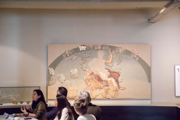 Het fresco stelt Bachus, de Romeinse god van de wijn, voor terwijl hij op een luipaard zit.