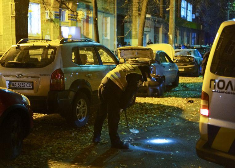 De politie onderzoekt de plek waar een auto explodeerde in centraal-Kiev. Beeld reuters