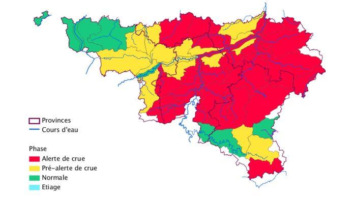 De waterlopenkaart in het Waals gewest. De situatie om 17.20 uur laat zien dat de rode zone nog is vergroot.  In deze zone heerst overstromingsgevaar.