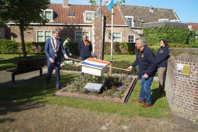 De onthulling met burgemeester Foort van Oosten.