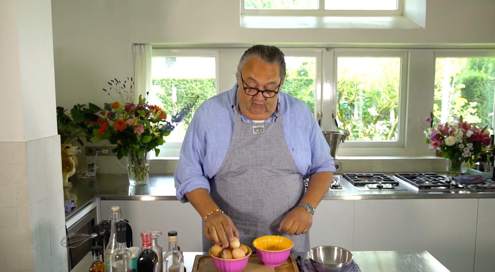 Julius Jaspers kookt een eitje.