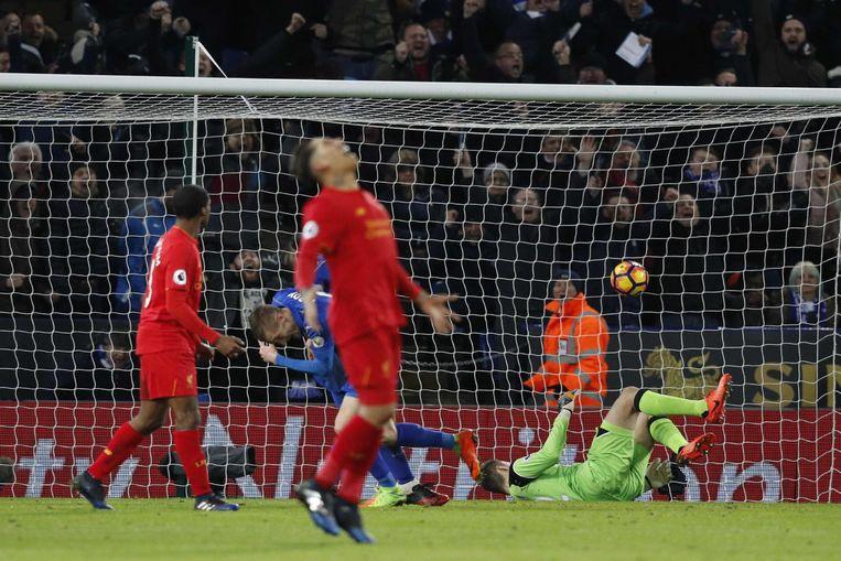 Jamie Vardy juicht na het derde goal van Leicester tegen Liverpool, 27 februari 2017. Beeld afp