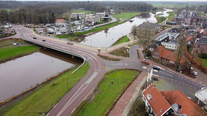 De brug met rechts de Vechtkade en aan de overzijden Hotel restaurant de Zon.