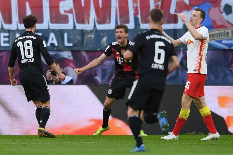 Leon Goretzka, Thomas Müller en Joshua Kimmich vieren de 0-1 van Bayern München in het topduel met RB Leipzig. Beeld AFP