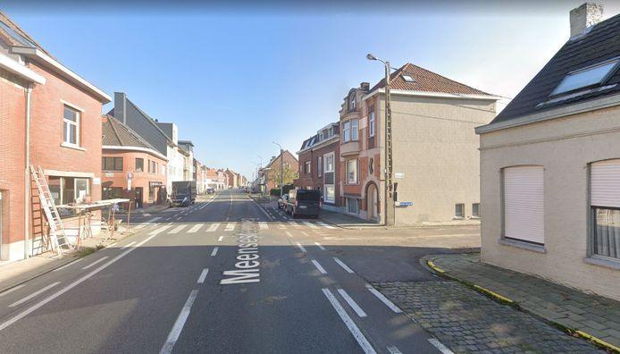 De Meensesteenweg, ter hoogte van de Rootputstraat (rechts) en Wulverikstraat (links).