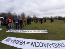 Zo'n honderd demonstranten bij manifestatie tegen coronaregels in Almelo