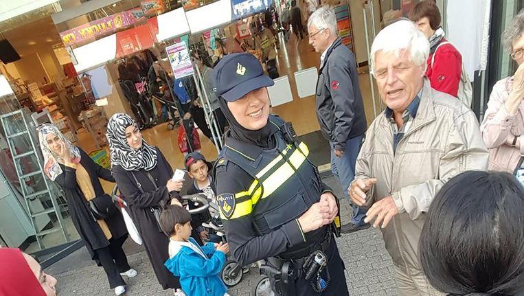 De wijkagente op Osdorpplein Beeld Twitter/Esmaa Alariachi