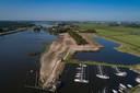 Aan het Drontermeer wordt een vakantiepark gebouwd. Uit voorzorg wordt het terrein 1,5 meter verhoogd. De sluis (linksboven) voor een lager waterpeil dan het IJsselmeer zorgt verdwijnt over enkele jaren.