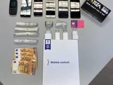 """Politie onderschept smokkelaar in buurt van gevangenis: """"Hij had een tas met drugs en 6 gsm-toestellen"""""""