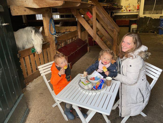 Hans (4), Lotte (2) en hun moeder Gerlinda genoten als een van de eersten van een bezoek aan de Stadsboerderij. De gemeente maakte er woensdag weer korte metten mee.