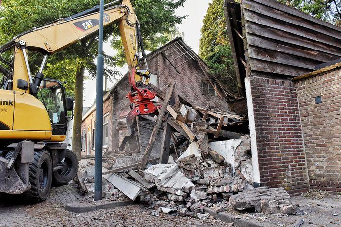 Maandagavond stortte een schuur in, die hoorde bij de oude kartonnagefabriek tussen Rode Brugstraat en Baerdijk in Oisterwijk.