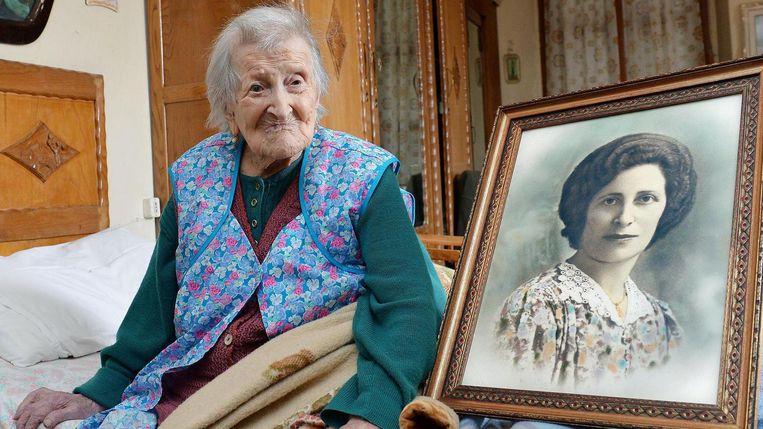 Emma Morano poseert op 115-jarige leeftijd met een portret uit haar jonge jaren. Beeld ap