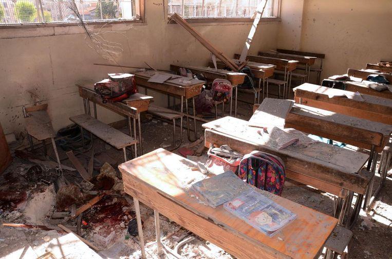 Een klaslokaal dat volgens Syrische staatsmedia is aangevallen door rebellen. Minstens zeven kinderen kwamen om het leven. Beeld afp