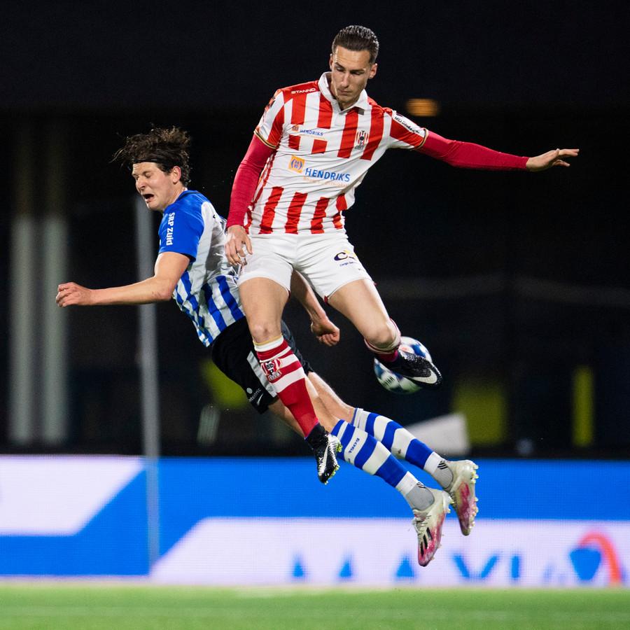 TOP Oss-speler  Dennis van der Heijden in een luchtduel met Maarten Peijnenburg van FC Eindhoven.
