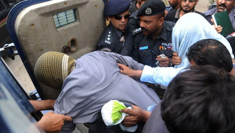 De veroordeelde militair wordt na het horen van zijn vonnis afgevoerd. Beeld afp