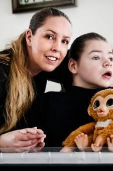 Destiny (10) kan niet praten, lopen of zitten, maar geniet van de dierentuin: 'Daarom willen we graag een rolstoelbus'