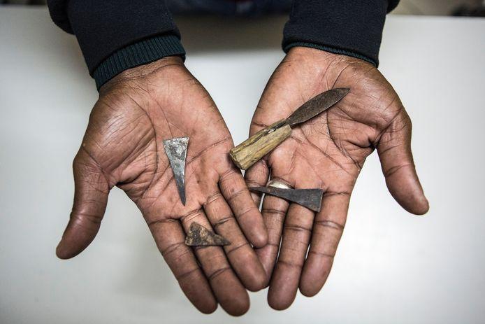 Materiaal dat gebruikt wordt bij meisjesbesnijdenis in Tanzania en Kenya.
