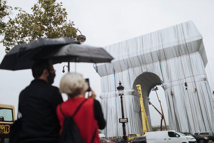 De Arc de Triomphe in Parijs is sinds deze week helemaal ingepakt.