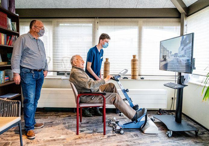 Arie Kamerling, directeur van woonzorgcentrum Heemzicht in Piershil, samen met een leerling en bewoner.