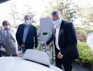 """Bonheiden krijgt eerste laadpaal van België die in twee richtingen werkt: """"Auto kan stroom ook teruggeven aan gebouw"""""""