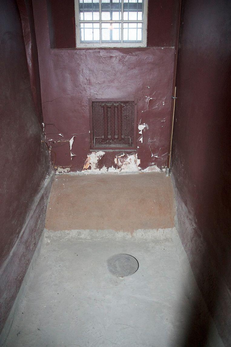 IJscel in de kelder van het cellencomplex van de KGB in Vilnius, Litouwen. Gevangenen werden naakt neergezet op het ronde plateau, terwijl de vloer onder water werd gezet (waar het 's winters ijzig koud was). Na verloop van tijd verloor de gevangene onherroepelijk zijn evenwicht en kwam in het ijswater terecht. Beeld null