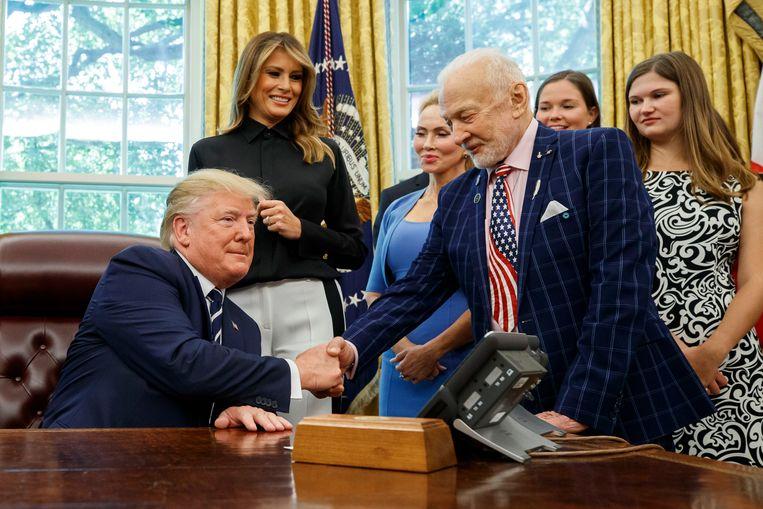 President Donald Trump schudt de hand van Buzz Aldrin. Beeld AP