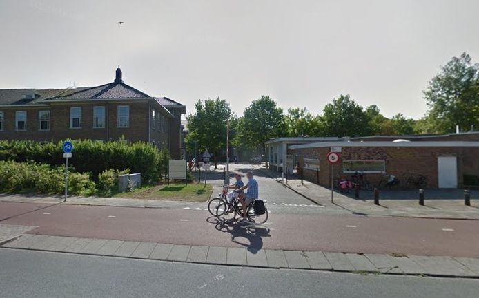 Het azc in de Utrechtse wijk Oog in Al kende een coronauitbraak. Bewoners mochten het terrein niet verlaten.