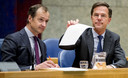Minister Eric Wiebes van Economische Zaken en Klimaat (VVD) en Premier Mark Rutte tijdens het Tweede Kamerdebat in april, over de omstreden memo's rond de afschaffing van de dividendbelasting.