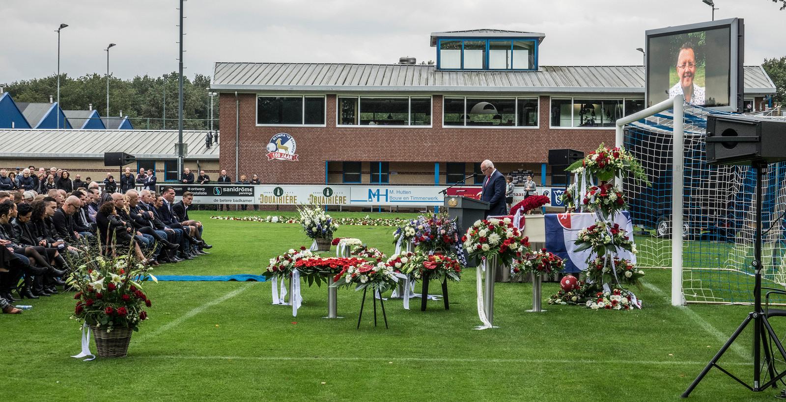 Begrafenis op het veld van Olympia'18 van Sjaphanto Guntlisbergen.