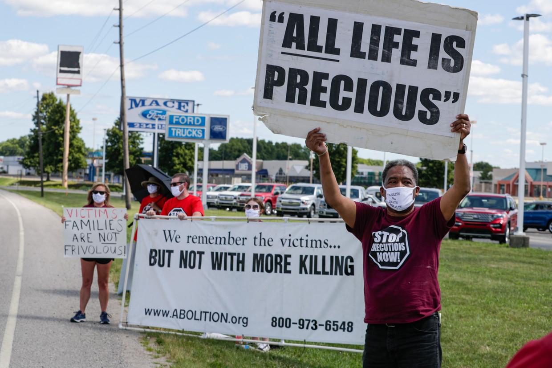 Protesten tegen de doodstraf, afgelopen weekend. Het Hooggerechtshof heeft bepaald dat de federale executies van onder meer Daniel Lewis Lee konden doorgaan. Beeld AP