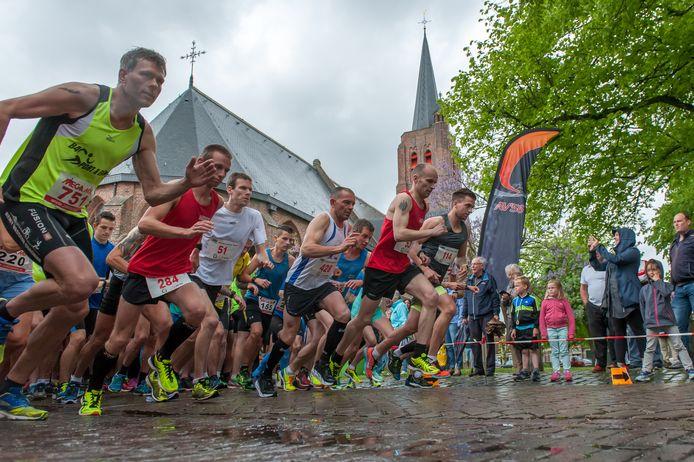 De start van de Meidoornloop in Nisse, enige jaren geleden. Nu moeten de deelnemers individueel of in duo's starten.