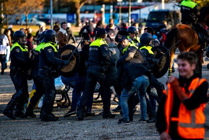 De politie voert bij het Malieveld een charge uit tegen een groep die deelnam aan het bouwersprotest Grond in Verzet. De demonstranten weigerden weg te gaan. Meerdere mensen werden aangehouden.