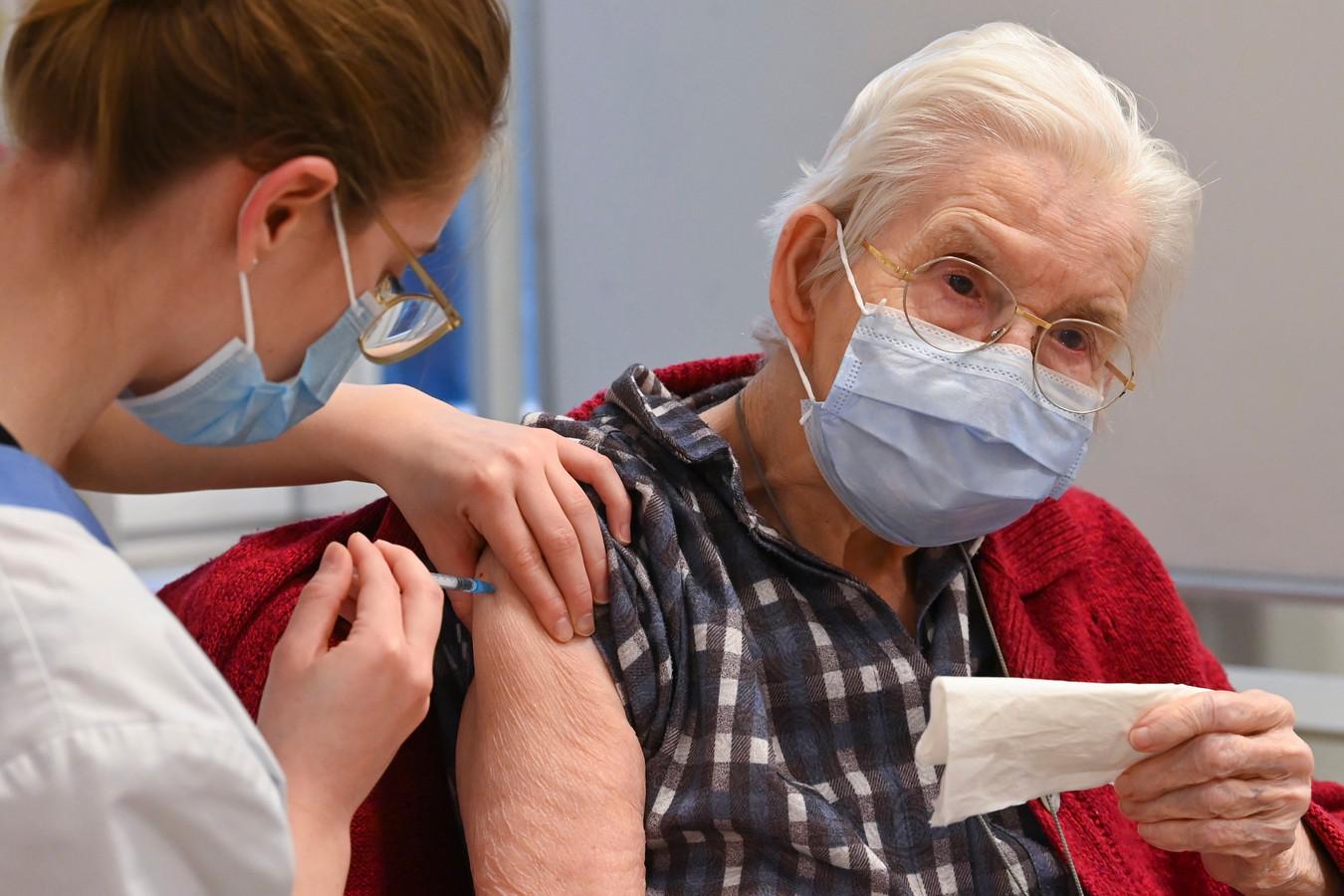 Illustratiebeeld: Voor heel wat ouderen wordt de prik halen niet evident.