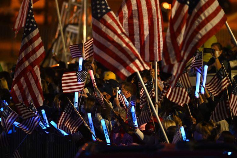 Aanhangers van Joe Biden en Kamala Harris in Delaware, waar de twee hun overwinningsspeech hielden. Beeld AFP