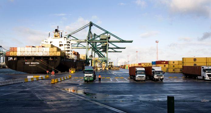 Containeroverslag in de haven van Antwerpen.