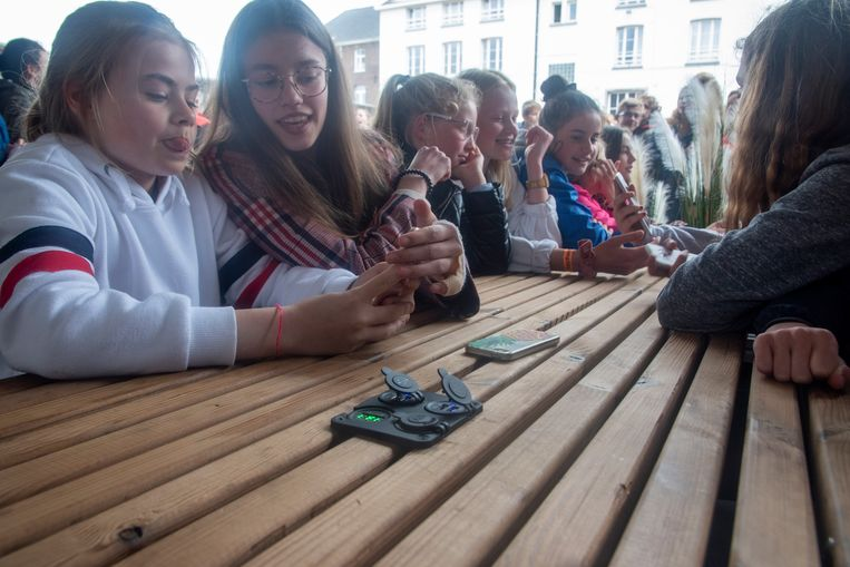 Op de koer van het College Paters Jozefieten in Melle kunnen leerlingen voortaan hun smartphone opladen op zonne-energie.