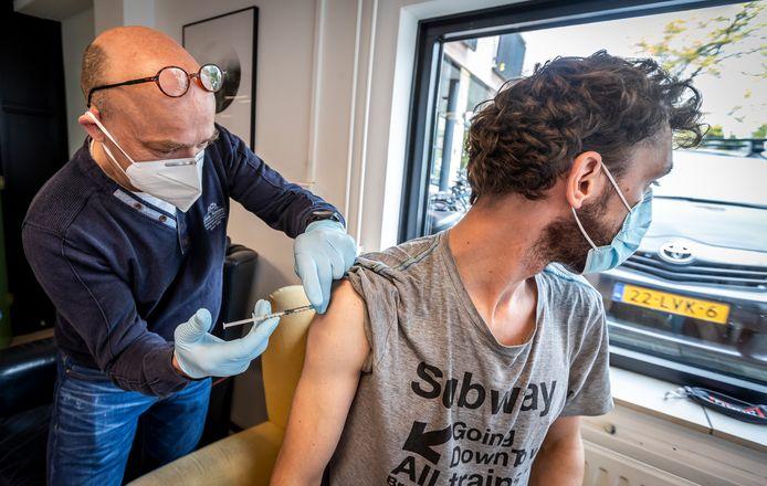 In Eindhoven werden dak- en thuislozen onlangs gevaccineerd door de straatdokter. De GGD Hart voor Brabant heeft nu een enorme operatie opgetuigd om (maximaal) 614 prikken te zetten in hun regio.