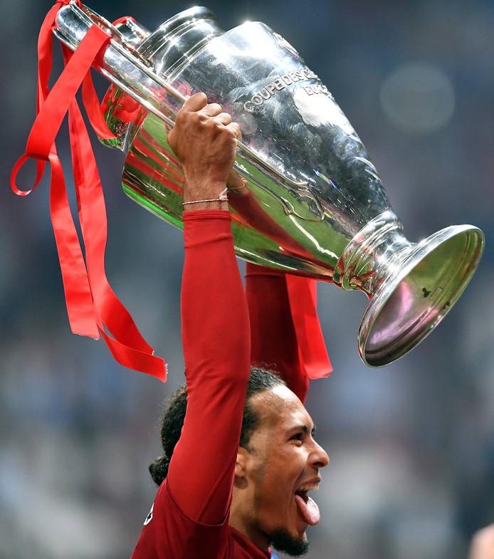 Virgil van Dijk (Liverpool) met de beker van de Champions League, eind vorig seizoen.