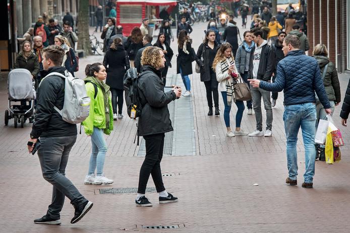 Straatverkopers aan de slag in de Broerstraat. In dit geval proberen ze mensen te bewegen Greenpeace te steunen.