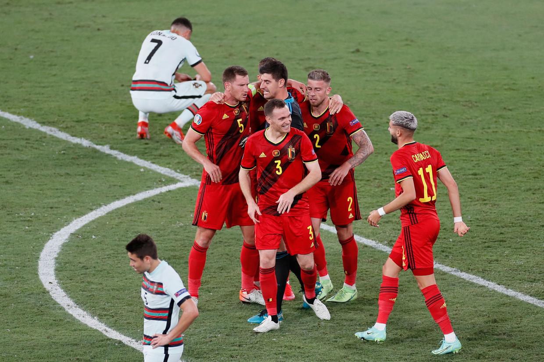 Terwijl Ronaldo in de achtergrond zijn ontgoocheling verbijt, vieren de Rode Duivels hun kwalificatie voor de kwartfinale. Beeld AFP