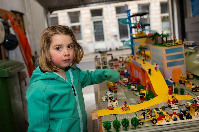 De zesjarige Sam toont de maquette die ze samen met haar nonkel Lode maakte. De hele kerstvakantie waren ze eraan bezig.