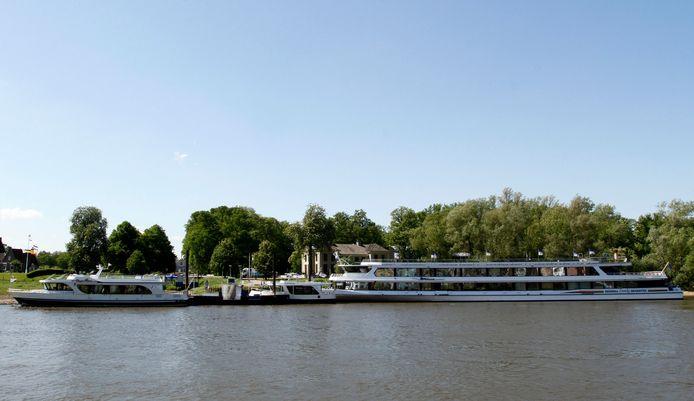 Dit was zoals het voor 2013 was, een 'gesloten' botenfront voor het IJsselhotel. Volgens rederij Eureka is de nieuwe locatie aan het Pothoofd veel minder aantrekkelijk en gaat dat ten koste van het aantal boekingen.