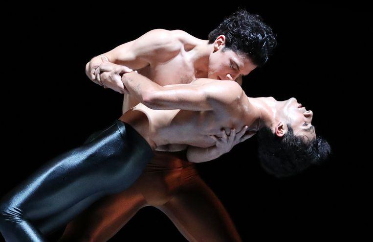 Timothy van Poucke en Constantine Allen in  Kleines Requiem, choreografie Hans van Manen, door Het Nationale Ballet. Beeld Hans Gerritsen
