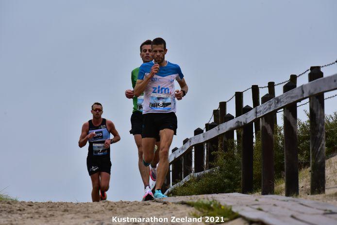 Tim Pleijte op kop in de Kustmarathon, die hij voor de derde keer op zijn naam schreef.