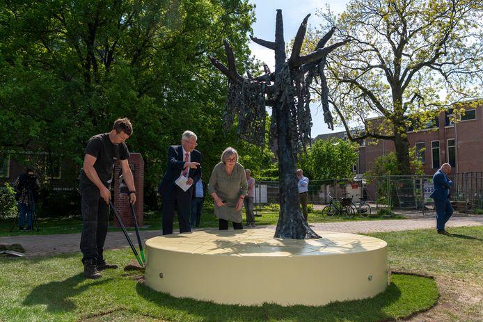 Terwijl de laatste graszoden nog worden aangelegd, bewondert burgemeester Theo Weterings het Holocaustmonument in het Vrijheidspark. Kunstenares Tine van de Weyer geeft hem tekst en uitleg.