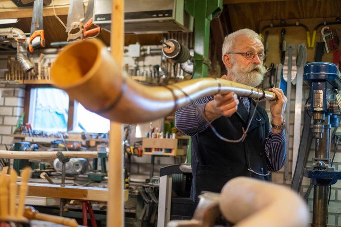 Henk Berends bouwt midwinterhoorns en blaast er vervolgens de mooiste tonen uit.