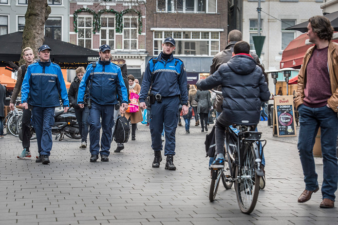Handhavers van de gemeente Breda in de Veemarktstraat. Vanaf volgend jaar dragen tien van hen als proef een bodycam, als het aan het college ligt.