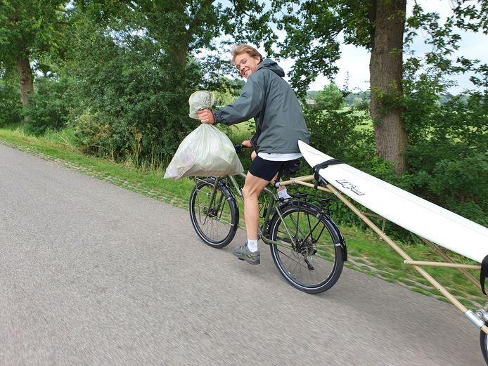 Robin Aanstoot gaat met zijn surfplank van Noorwegen naar Portugal fietsen om aandacht te vragen voor plastic vervuiling op zee.